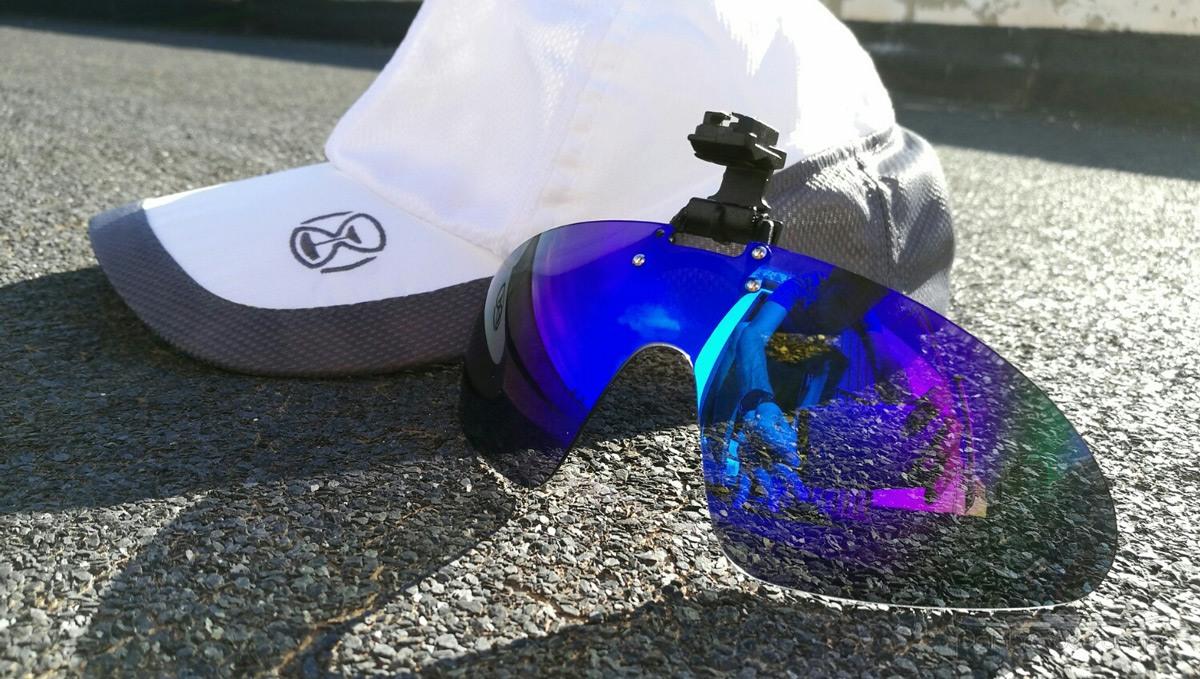 gorra con gafas de sol integradas