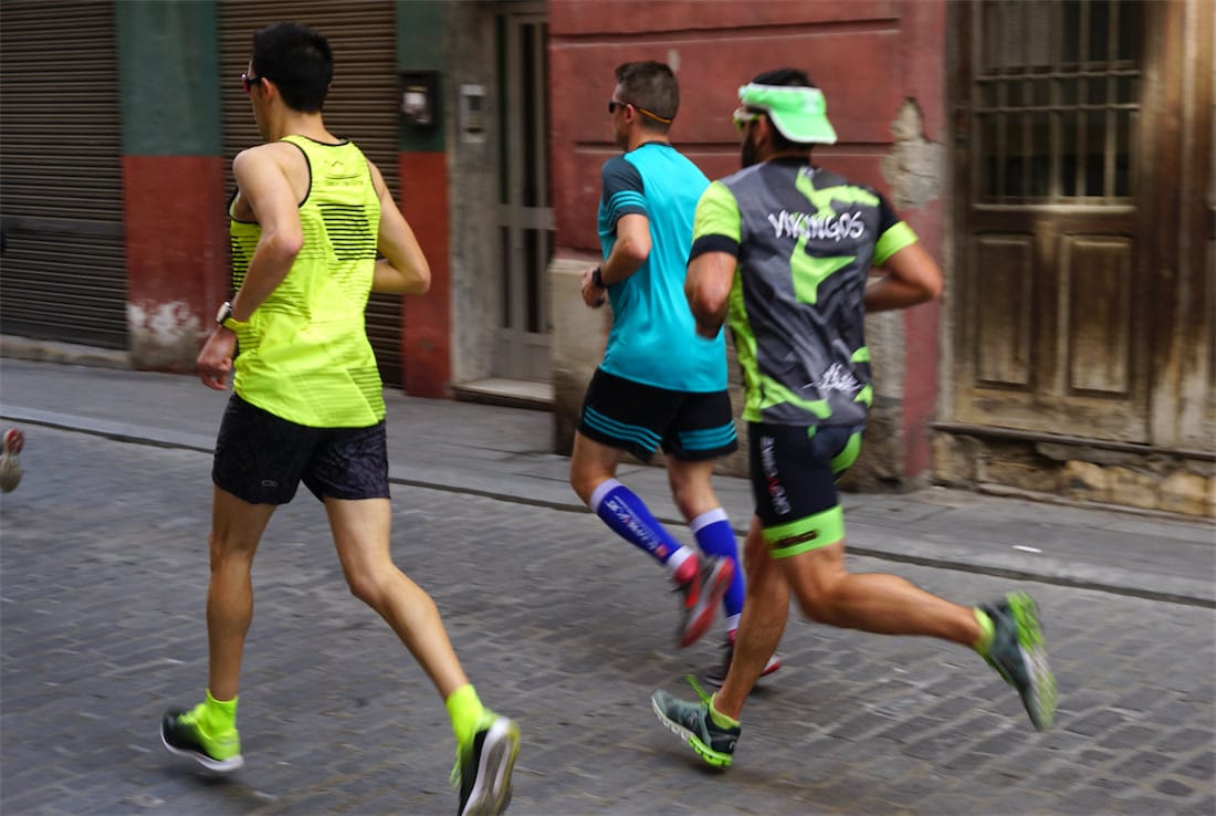 corredores con medias de compresion running