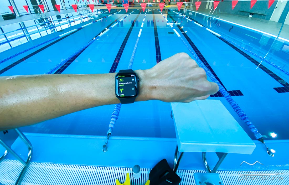 Apple Watch y natación en piscina.
